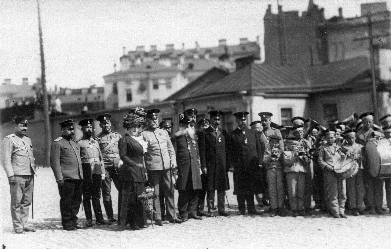 36. Военный министр Сухомлинов В.А. (6-ой слева) с группой военных офицеров и педагогов во время смотра