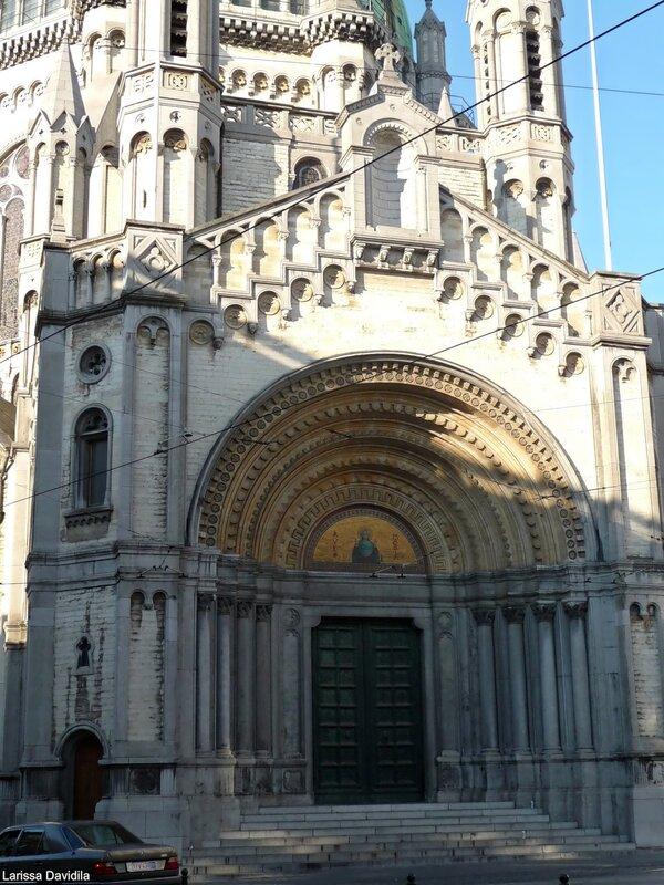 Главный портал в готическом стиле.Главный портал в готическом стиле.