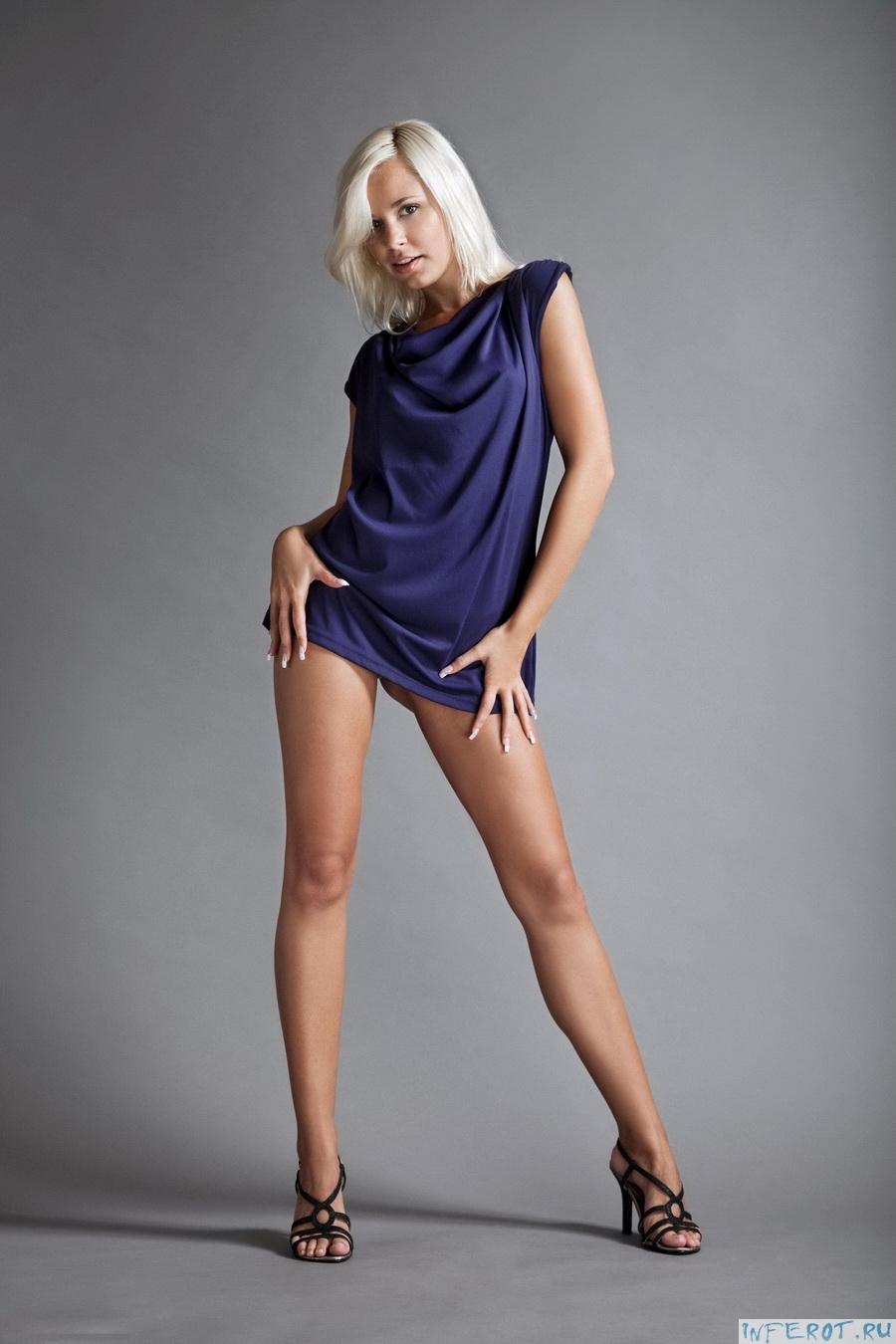 Длинноногая блондинка (20 фото)