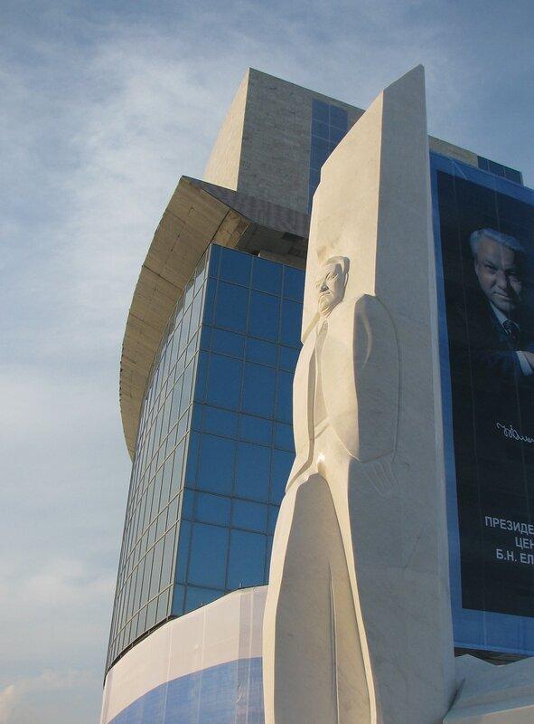Свежеоткрытый памятник Борису Ельцину в Екатеринбурге