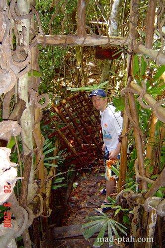 ловушка для врагов с кольями, деревня ли и мяо, хайнань, китай