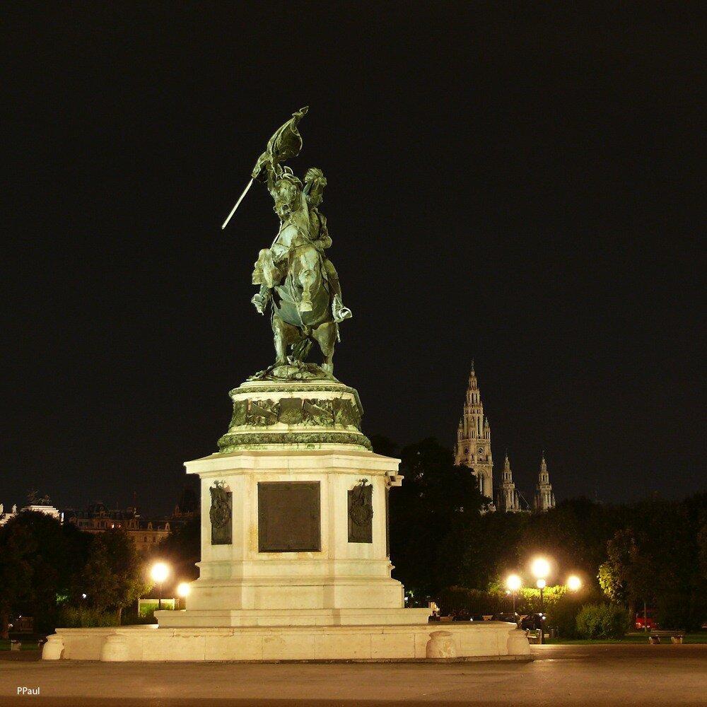 Огни ночной Вены. Во дворе Хофбурга. На заднем плане городская Ратуша.