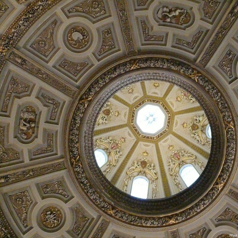 Интерьеры Музея.Потолок вестибюля музея, сквозь него проглядывается купол....