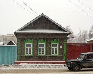 Дом  с зелеными наличниками