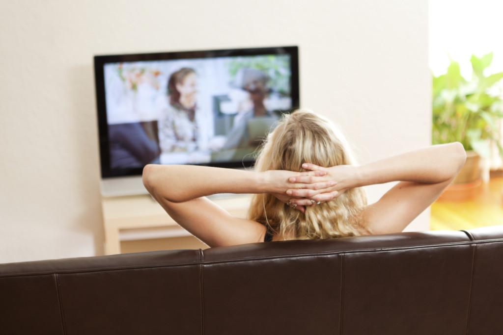 devushka-smotrit-porno-po-televizoru
