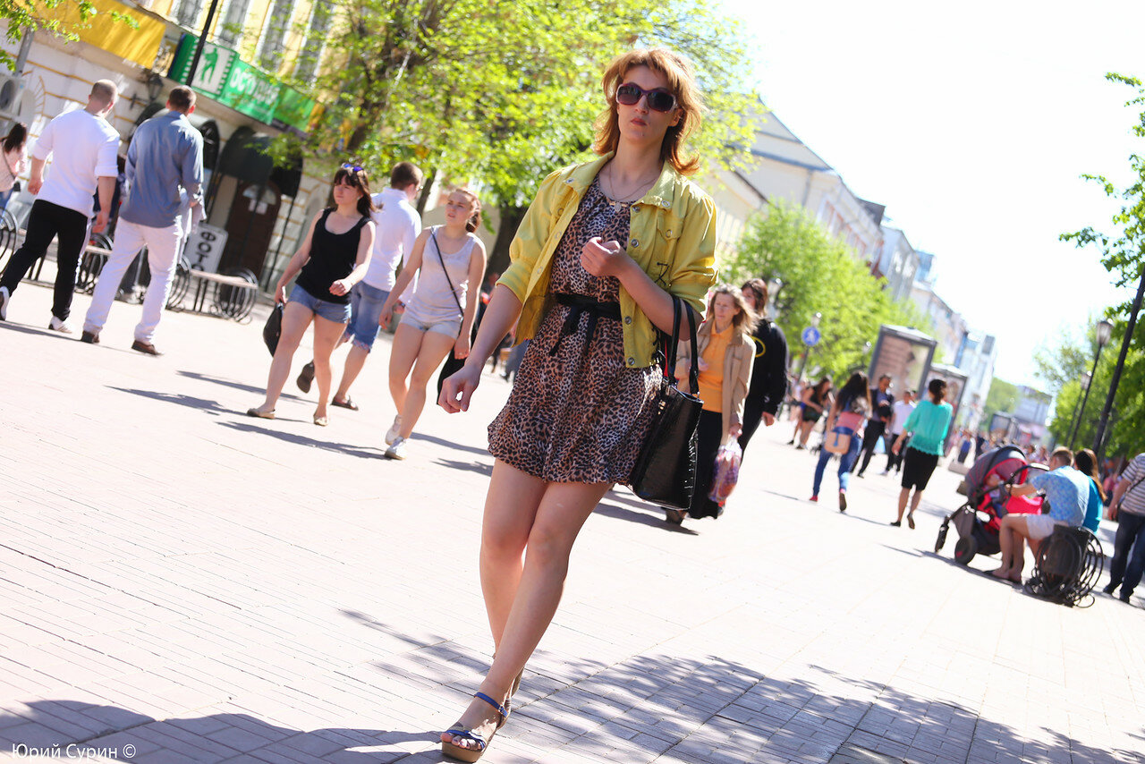 Открытое фото баб на улице среди людей — photo 12