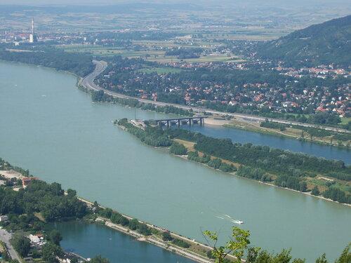 На Дунае пьяный капитан врезался в дамбу