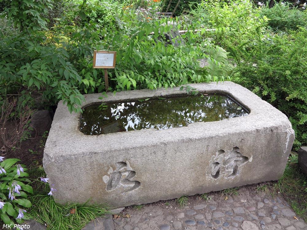 Каменная ванна со свадебной табличкой