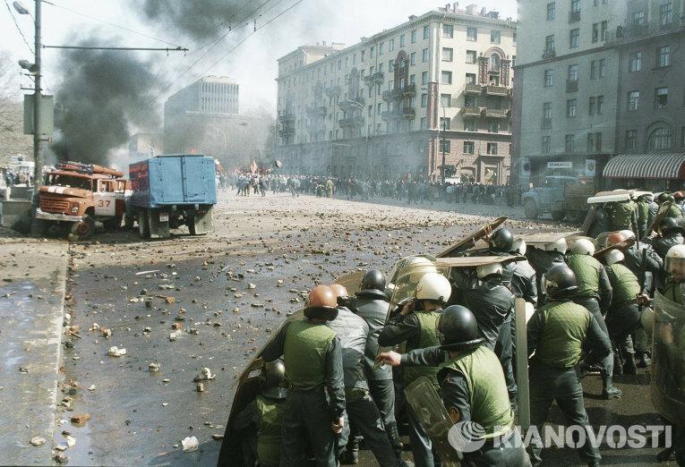 Мы уже молчим про действия демократов в октябре 1993 года, когда они и расстреляли парламент, и устроили массовые облавы в москве на протяжении последующих нескольких дней - несмотря на