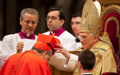 Новоназначенный кардинал Дональд УИЛЬЯМ Wuerl из США получает головной убор, красную шапку, от Папы Бенедикта XVI во время консистории в базилике Святого Петра. Ватикан 20 ноября 2010 года.