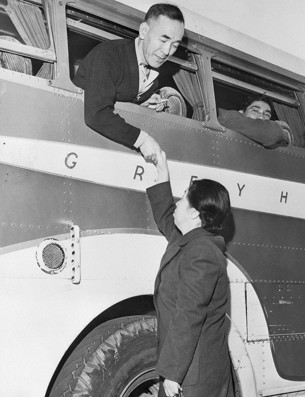Инженер прощается с женой перед отправкой в лагерь Манзанар.