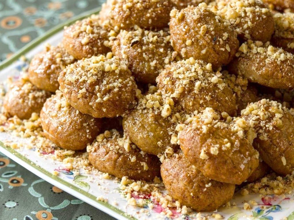 Меломакарона. Это небольшое медовое печенье родом из Греции. Оно покрыто белым шоколадом.