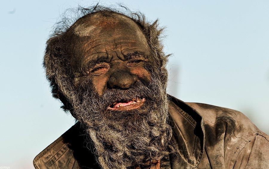3. Этот старый бродяга живет на окраине небольшой иранской деревушки Дежга в провинции Фарс.