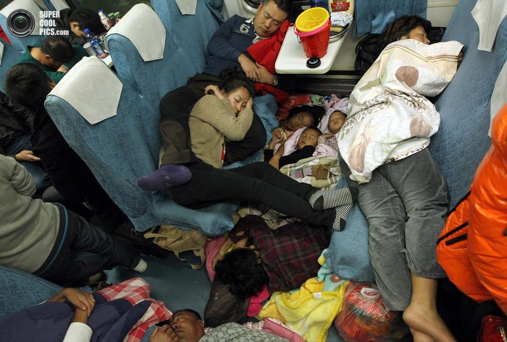 Китайцы, не смотря на неудобства, любой ценой пытаются попасть домой на праздники. (STRINGER/AFP