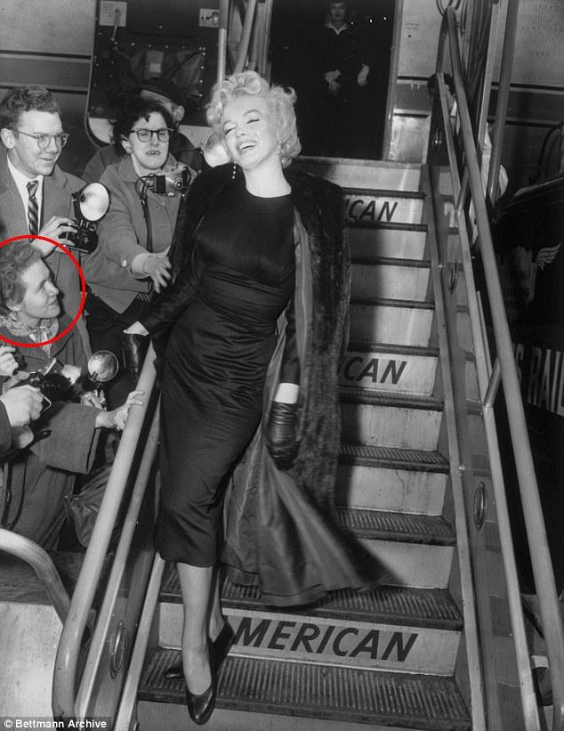 Халл (на фото в красном круге) работала в авиакомпании Pan Am. Снимок сделан 25 февраля 1956 года, М