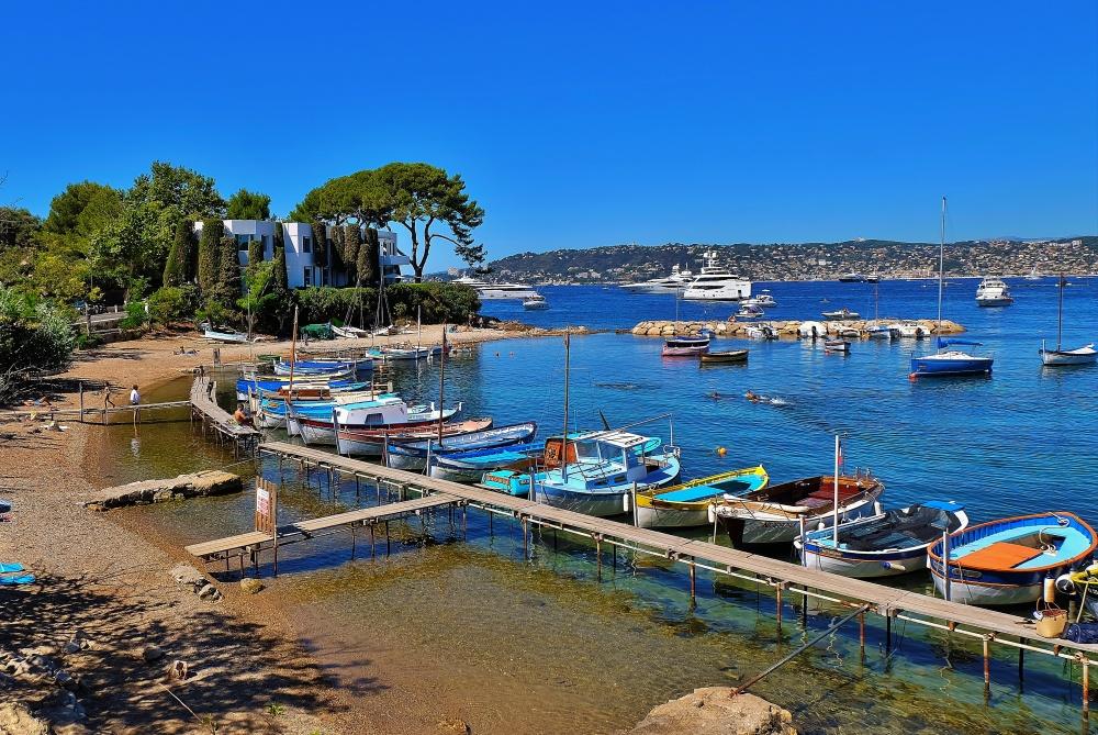 © Thierry llansades  Средиземноморское побережье Франции наюго-востоке страны. Отгорода Туло