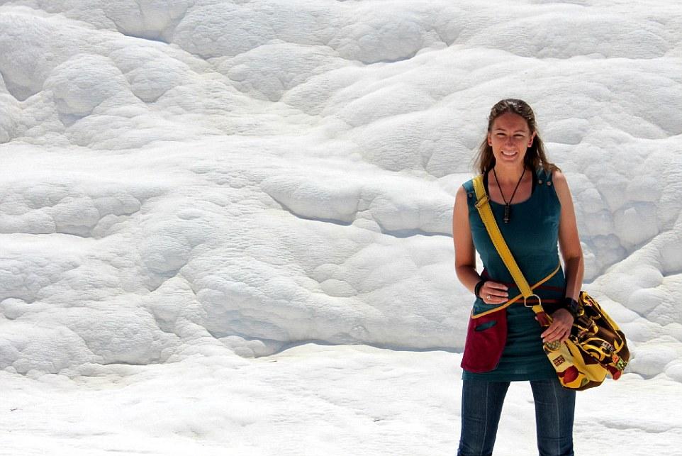 Памуккале известна термальными источниками и великолепными белыми склонами.
