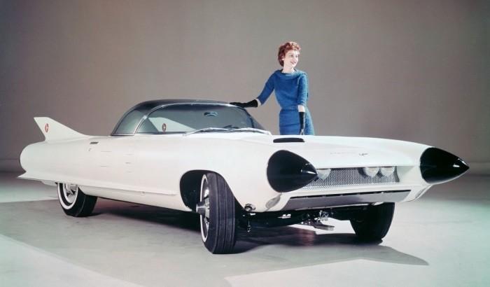 В 1959 году Cadillac создал свой концепт Cyclone, в котором уже в те времена была реализована столь