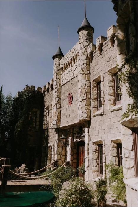 В Лос-Анджелесе непросто найти здание, которое бы напоминало британский замок. Но молодоженам это уд