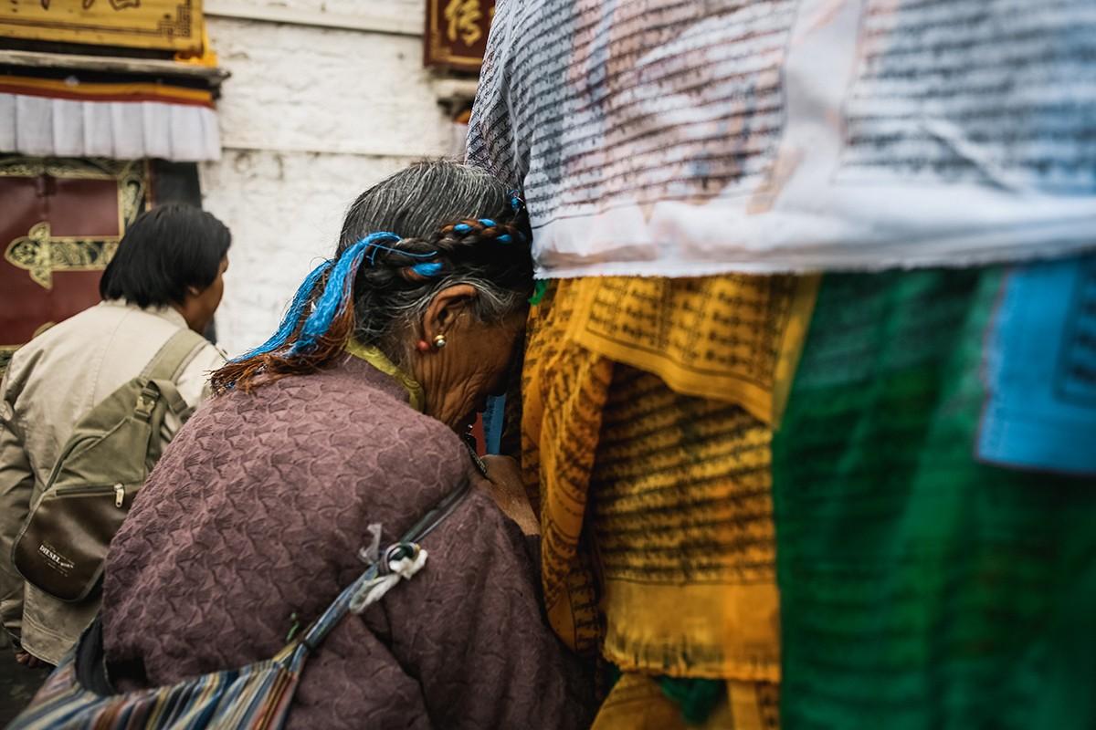 19. Тибетские бабушки не упускают возможности помолиться возле него.