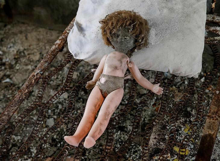 1. Это куклы из школ, детских садов, больниц. Они здесь остались, когда город был эвакуирован в