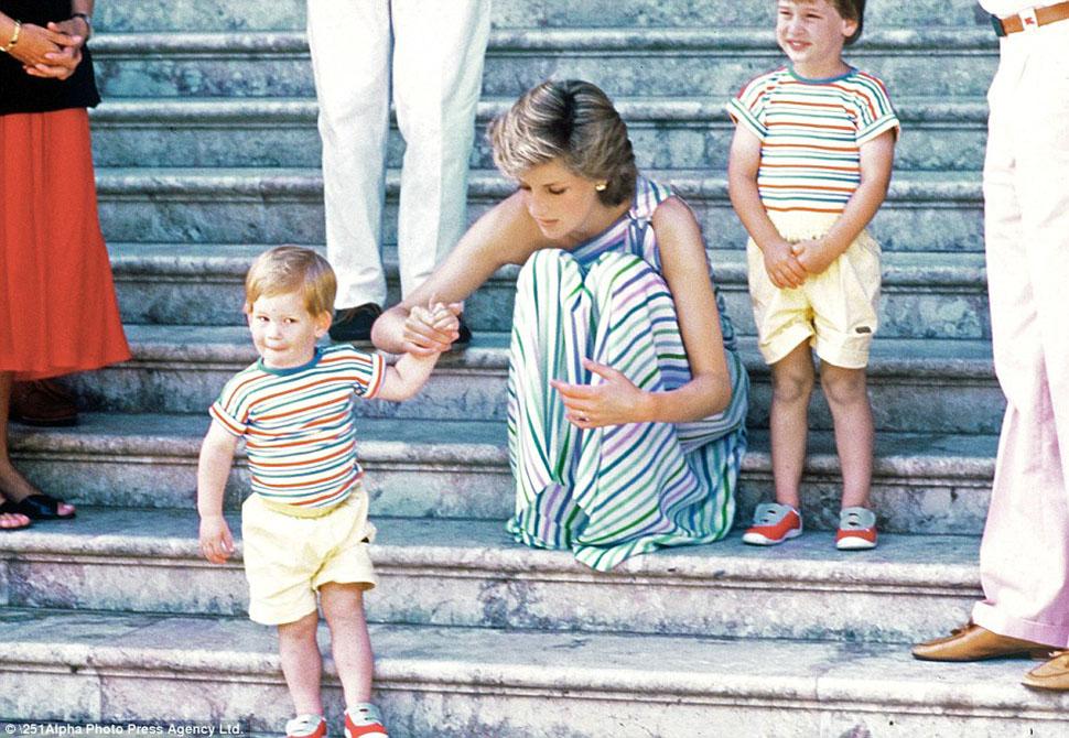 Принцесса Диана с Гарри и Уильямом во время семейной поездки на Майорку. По царапинам на его коленях