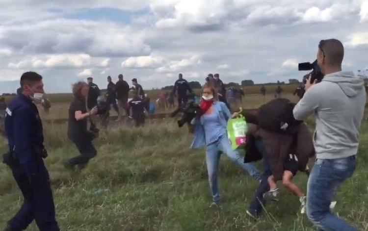 ВВенгрии предъявлено обвинение ударившей беженца журналистке