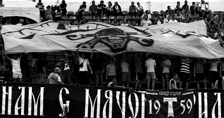 Футбольные фанаты изВладимира иИваново устроили драку прямо наполе