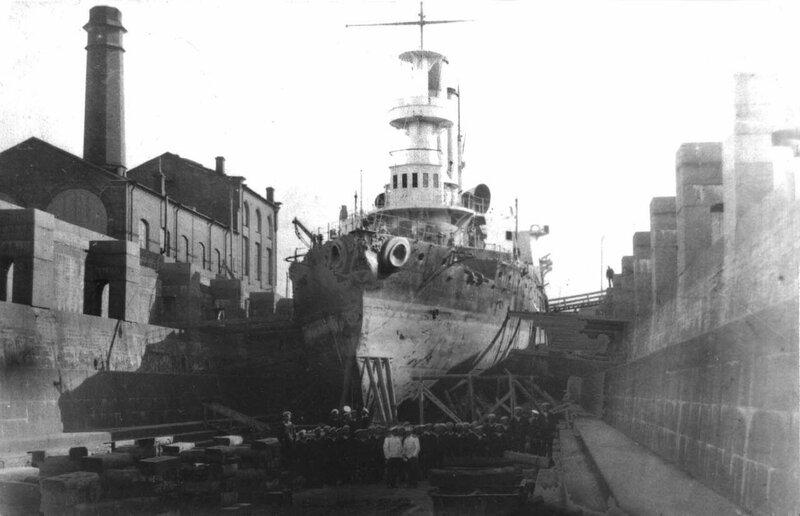 Броненосец береговой обороны «Генерал-адмирал Апраксин» в кронштадтском доке после снятия с камней у острова Гогланд. 1901 г.