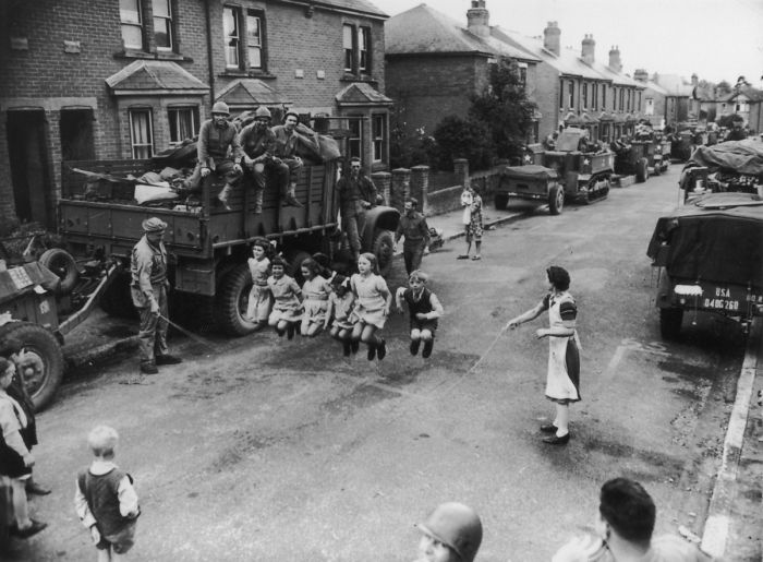 historical-children-playing-photography-58a46576a6b4d__700.jpg