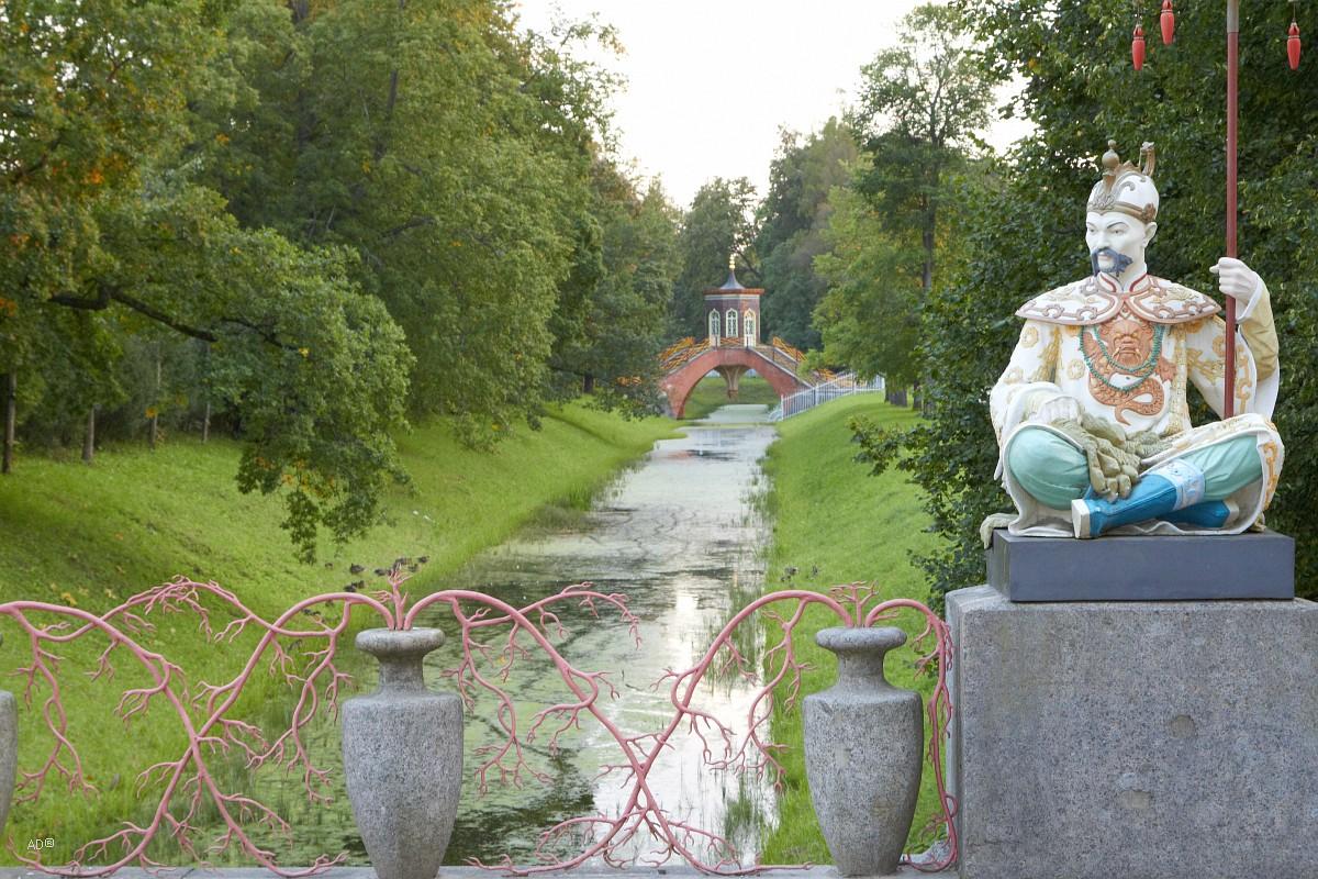 Статуя китайца на большом китайским мосту в Александровском саду