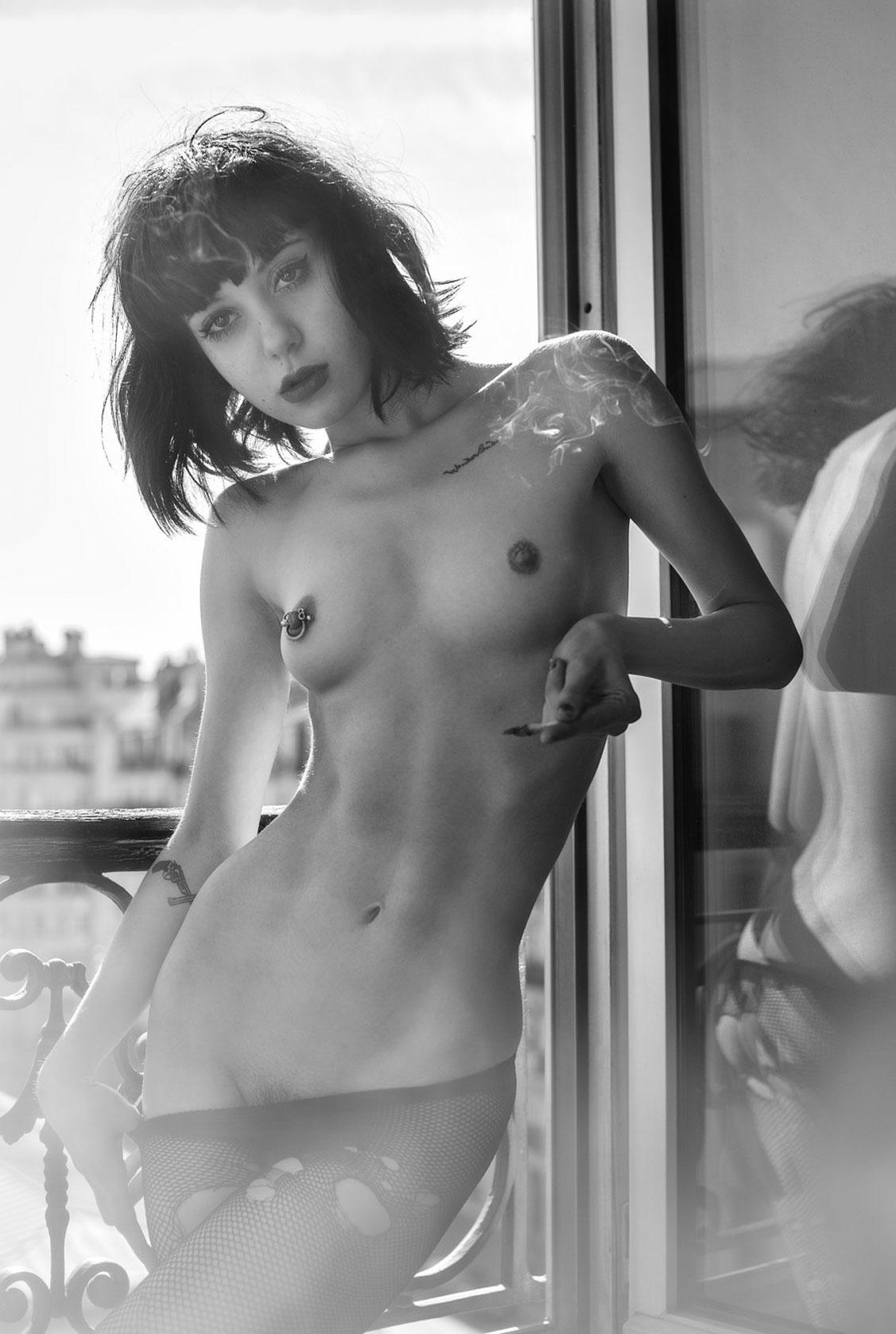 A la fenetre - nude photo by Mathieu Boutin