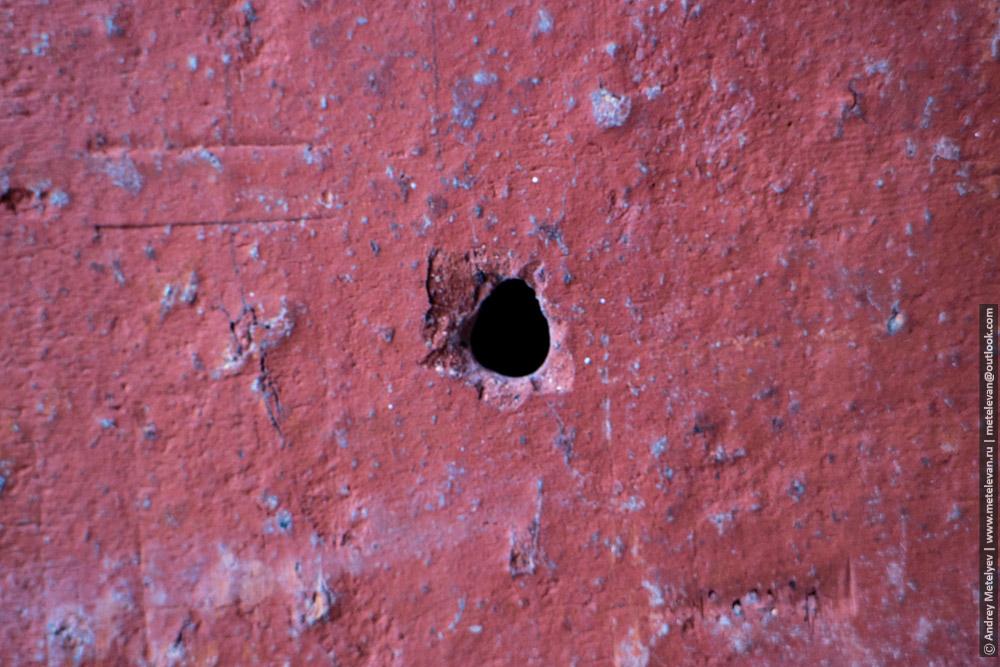 дыра в стене здания