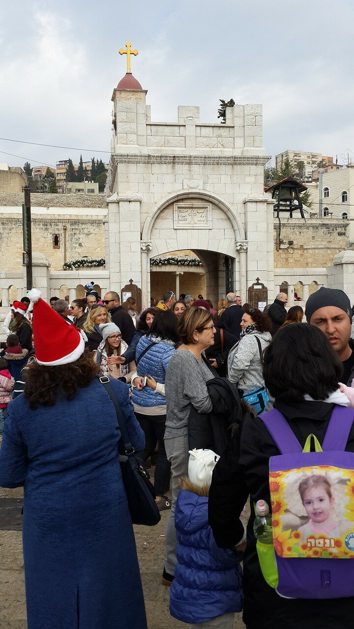 На площади возле церкви Благовещения над источником