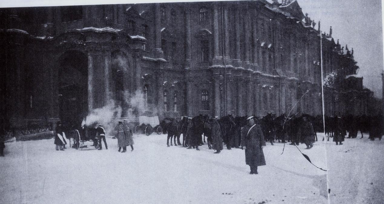 Отряды солдат у Зимнего дворца 9 января 1905 года