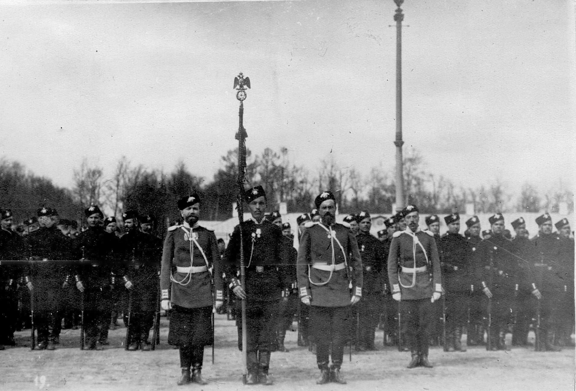 Вынос батальонного знамени на параде лейб-гвардии стрелковой бригады на плацу перед Екатерининским дворцом
