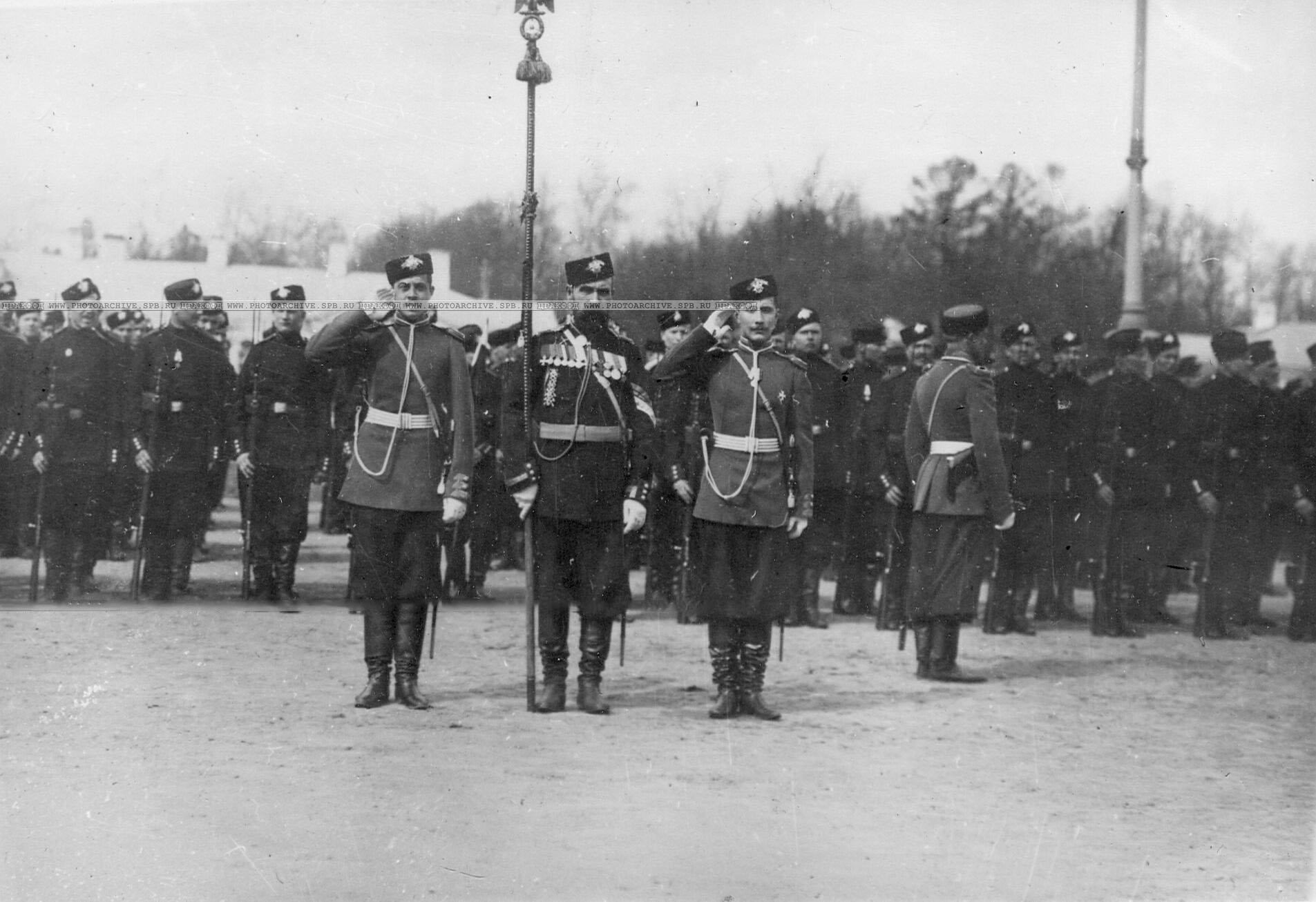 Вынос батальонного штандарта лейб-гвардии стрелковой бригады на параде в Царском Селе