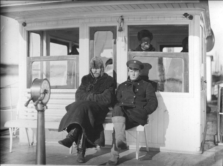 23 августа - 1 сентября 1914. Члены экипажа парохода (подвахтенный и штурман) на ходовом мостике. Карское море