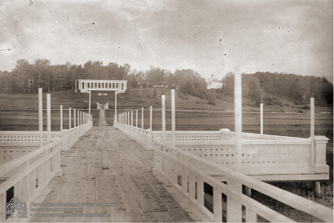 Галерея в честь коронации Николая II. Вид с озера