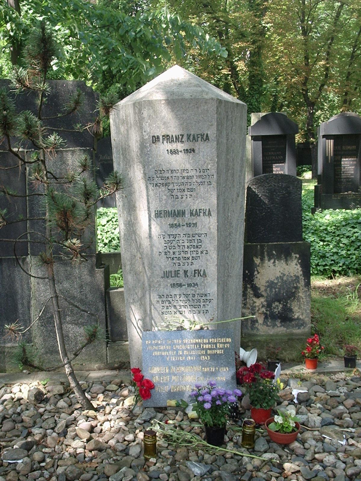 Надгробие Кафки на еврейском кладбище Праги. При самом входе на кладбище стоит указатель.