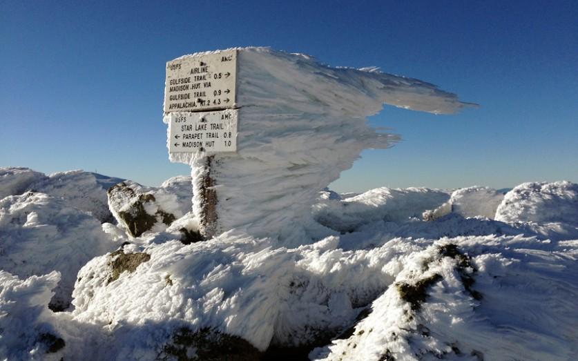 Изморозь на указателе на вершине вулкана Адамс (3742 метра) – самой высокой горы на территории Новой
