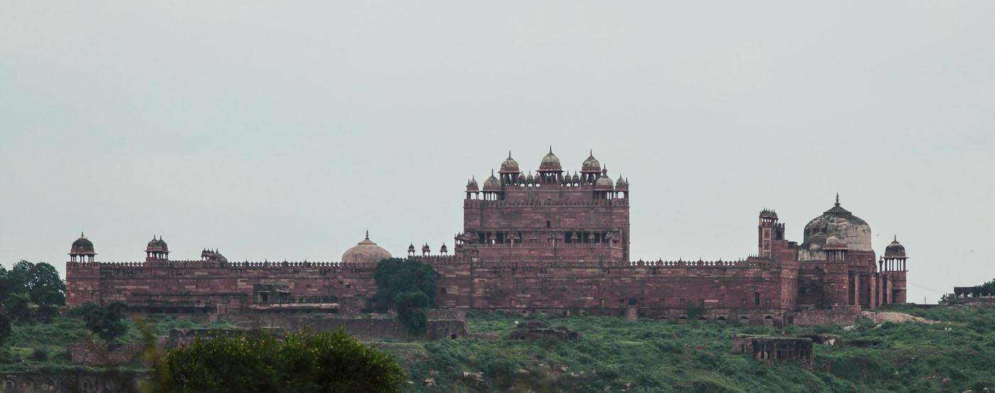 Фотография 3. Вид на Фатехпур Сикри с дороги. Отчет о поездке в Агру. Отчеты туристов о путешествиях по Индии.