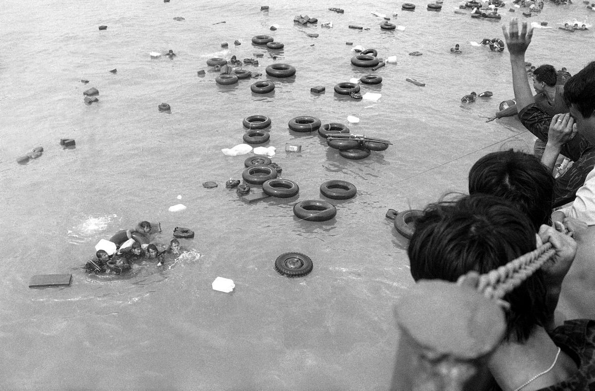 Южновьетнамские морпехи, брошенные своими американскими союзниками, пытаются спастись бегством по морю на надувных камерах