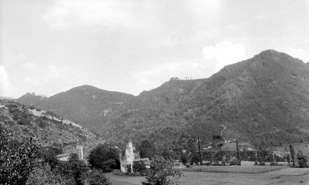 Вид поселения с укрепленными башнями в верхней Сванетии