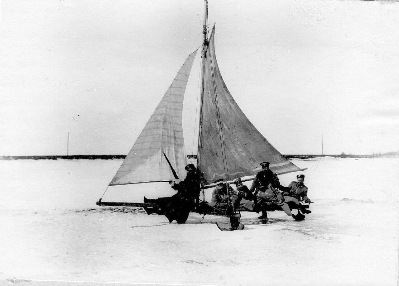 41. Группа офицеров гвардейских частей Раяйокского отряда на буере объезжают пограничный участок. 1908