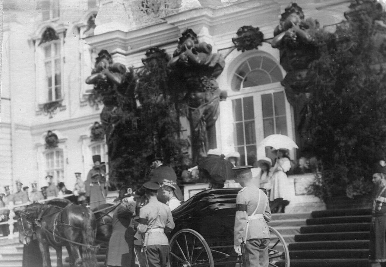 01. Император Николай II у коляски сына цесаревича Алексея перед началом смотра
