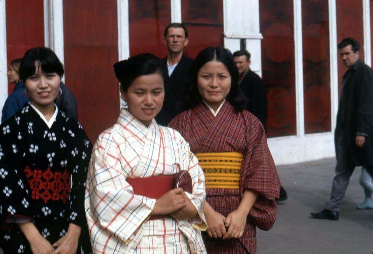 09. Традиционно одетые японки, прибывшие на конференцию