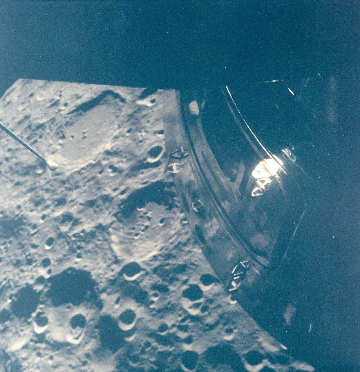 Во вторник, 14 апреля, 76:42:07 полётного времени корабль вошёл в лунную тень. «Ложные звезды» потускнели настолько, что астронавты увидели знакомые созвездия. На снимке: Космический корабль над Луной