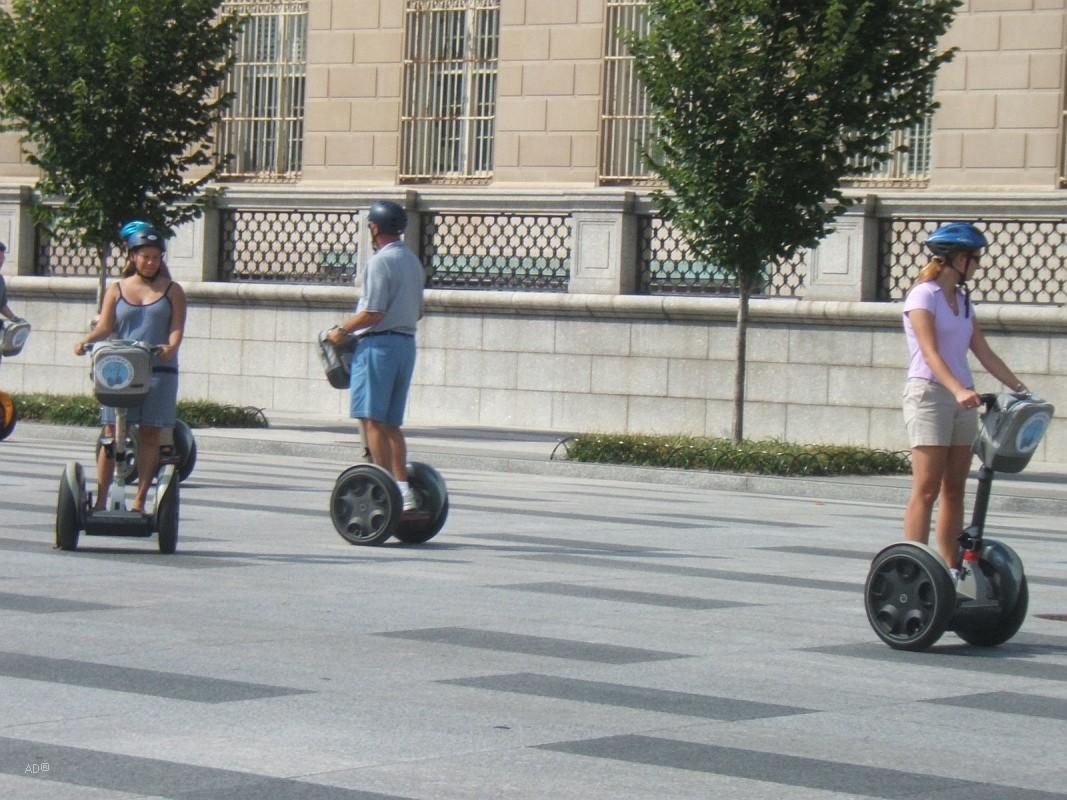 сигвеи (segway) — электрические самокаты (скутеры) с двумя колесами