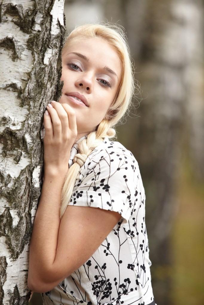 Русская красавица Алена в лесу (14 фото)